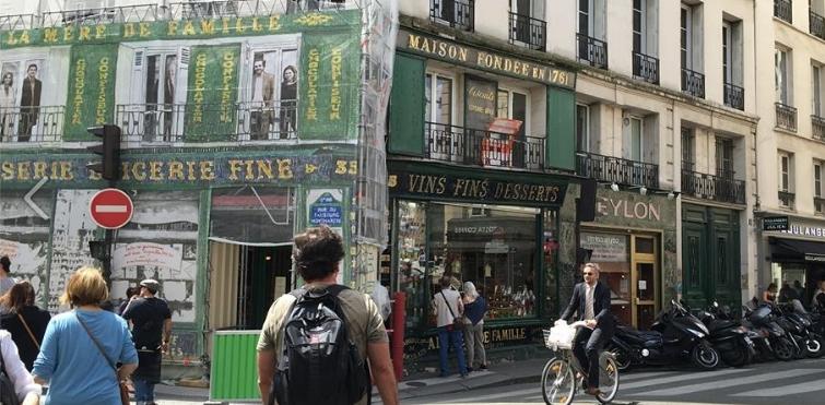 Cercana a la casa que ocupó Betances, entre 1881-98 se encuentra la famosa chocolatería La Mère de Famille.